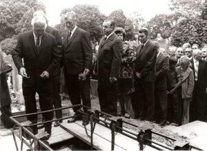 Unter zahlreicher Anteilnahme fand im Juli 1974 die Verabschiedung von Karl Sesta statt. Am Simmeringer Friedhof wurde er beigesetzt. Sammlung: oepb