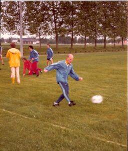 Team-Training in Feldkirchen an der Donau bei Linz vor dem WM-Qualifikationsspiel gegen Finnland (5 : 1) im Juni 1981 im Linzer Stadion. Karl Stotz im Vordergrund am Ball, hinten erkennt man Walter Schachner (am Boden), Heribert Weber und Herbert Prohaska. Foto: Erwin H. Aglas / oepb