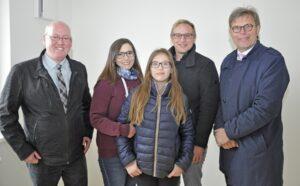 V.l.: Stadtrat Harald Melchart, Tilmann Schoberansky und Mag. Wolfgang Modera mit erfreuten Mietern. Foto: GIWOG