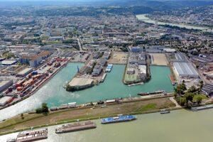 Um die steigende Nachfrage nach Bauland - beispielsweise im Hafen - zu stillen, wurden die nicht mehr notwendigen Wasserflächen in den Hafenbecken zum Teil bereits verlandet. Foto: Stadt Linz/Pertlwieser