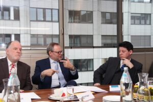 v.l.: Dr. Eberhard Fähnrich, Gen.-Dir. Dr. Josef Stockinger, Vorsitzender des Versicherungsinsituts und Mag. Gerhard Janoch, Vorsitzendes des Büros zur Bekämpfung von Versicherungsbetrug im VVO. Foto: OOEV