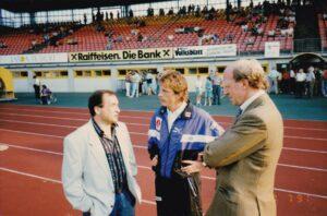 Kenner der Deutschen Bundesliga unter sich. Von links: Alexander Mandziara, unter anderem für Rot-Weiss Essen und SV Darmstadt 98 tätig, sowie die VfB Stuttgart Herren Christoph Daum (Trainer) und Dieter Hoeneß (Manager). Foto: oepb