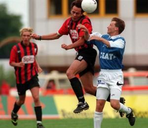 Markus Scharrer (LASK, links) im Zweikampf gegen Didier Frenay (FC Linz) Aus FC Linz gg. LASK, 3 : 0, 31. Mai 1997. Foto: RUBRA