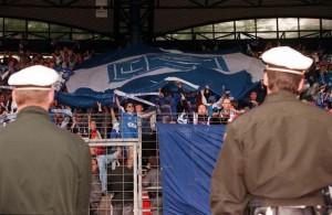 Die zwar aufgebrachten, aber gesitteten blau-weißen FC Linz-Fans trugen ihr Team ehrenvoll zu Grabe. Es gab von Seiten der Exekutive nach Spielschluss des 74. und letzten Linzer Stadt-Derbys am 31. Mai 1997 absolut keine Beanstandungen zu vermelden. Foto: RUBRA