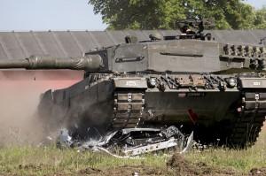 Vor den Augen der begeisterten Zuschauer wird der erste PKW vom Panzer überrollt. Foto: Bundesheer/Simader