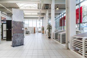 QUESTER eröffnete am 6. April 2017 den neuen Schauraum in Wels. Damit hat der BauProfi im Herzen Oberösterreichs ein weiteres Highlight in seinem Filialnetz. Und bietet auch privaten Bauherren ein breiteres Sortiment und ökologisch sinnvolle Produkte für gesundes Wohnen an. Foto: QUESTER/Markus Schneeberger
