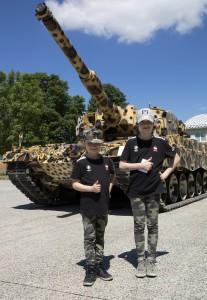 Zwei Mädchen vor dem begehrten Fotomotiv - die Leopardine, ein Kampfpanzer Leopard im Leopardenlook. Foto: Bundesheer/Simader