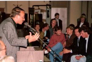 OÖ-Nachrichten Stammtisch betreffend Fusion in der Volkskreditbank im September 1990. Am Podium links referiert Josef Ratzenböck - nicht verwandt mit dem langjährigen OÖ-Landeshauptmann Dr. Josef Ratzenböck - in seiner Eigenschaft als Anhängerklub-Obmann Eisen & Stahl des SK VÖEST gegen die Fusion. Schmähbruder Ernst Baumeister, 3 von rechts, für den LASK aktiv und Johann Dihanich, beim SK VÖEST unter Vertrag, feixten ohnehin gegen die Fusion, denn die gemeinsam Zeit bei Austria Wien genügte den beiden. Foto: oepb