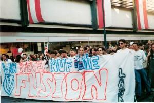 1.000 Fußball-Fans fanden sich am 20. Juni 1995 um 18.30 Uhr beim Linzer Schillerpark ein, um anhand einer angemeldeten Demonstration gegen die Fusion über die Linzer Landstraße gen Hauptplatz zu ziehen. Foto: oepb