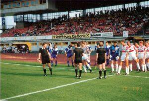 Der SK VÖEST Linz bittet als FC STAHL den VfB Stuttgart am Mittwoch, 10. Juli 1991 (1 : 1) zum freundschaftlichen Tanz im Linzer Stadion auf der Gugl. Foto: oepb