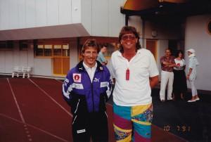 Ein sichtlich gut gelaunter Christoph Daum vor der Meistersaison am 10. Juli 1991 im Linzer Stadion. Rechts: SK VÖEST Linz-Oberfan Christian Reisenbichler. Foto: oepb