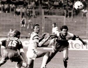 Guido Buchwald (Bildmitte) zu Saisonbeginn am 10. Juli 1991 im Rahmen eines Vorbereitungsspieles gegen den SK VÖEST Linz. Links: Roland Huspek, rechts Jürgen Werner. Foto: Erwin H. Aglas/oepb