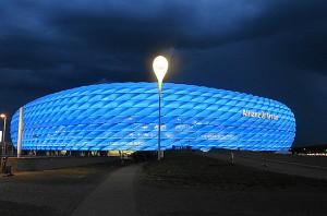 """Während der FC Bayern München anhand des bevorstehenden Auszuges des """"Untermierters"""" 1860 nun über die Installierung von roten Sitzschalen nachdenkt, erstrahlte die Allianz-Arena am 30. Mai 2017 - vermutlich zum letzten Mal - in Königsblau. Foto: oepb"""