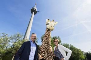 Tiergartendirektorin Dagmar Schratter und Donauturm-Geschäftsführer Bert Copar bei der gemeinsamen Ticket-Sache. Foto: Daniel Zupanc