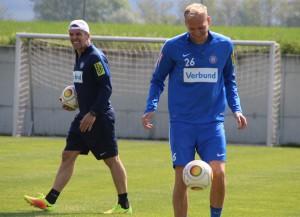 Athletiktrainer Nikola Vidovic (links) bat seine Schäfchen, im Bild Raphael Holzhauser, heute Vormittag zu den ersten Leistungstests. Foto: FAK