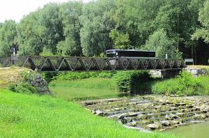 Blick auf die Bundesheer-Behelfsbrücke, errichtet von den Melker Pionieren, über den Melkfluss. Foto: oepb