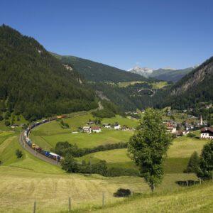 """Mit der """"Rollenden Landstraße"""", der Idee, dass der Zug den LKW sprichwörtlich """"Huckepack"""" nimmt wird - gerade auch im Bundesland Tirol - die Umwelt nachhaltig entlastet. Foto: RCA-@ RCG_ÖBB"""