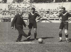 Gesundheitsstadtrat Julius Tandler bei der Eröffnung des Wiener Stadions (heutiges Ernst-Happel-Stadion), Foto von Lothar Rübelt, 1931. Foto: Österreichische Nationalbibliothek