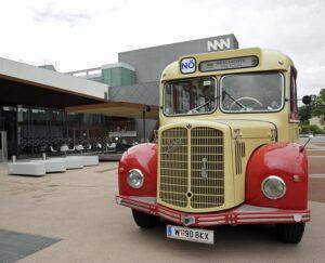 Der Omnibus Saurer vor Museum Niederösterreich. Foto: Museum Niederösterreich