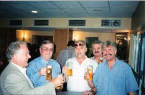 FC Linz-Fan und Gönner Hermann Schellmann (ganz rechts) im VIP-Club des Linzer Stadions anlässlich des Aufstieges in die 1. Bundesliga im Mai 1996. Zweiter von links: FC Linz-Präsident Komm.-Rat Horst Paschinger. Foto: oepb