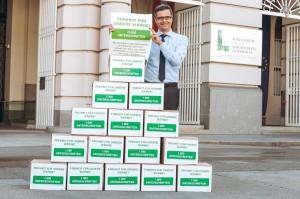 Martin Reichard, Geschäftsführer Heizen mit Öl anhand der Unterschriftenübergabe an Bundesminister Andrä Rupprechter. Foto: IWO Österreich / Philipp Lipiarski