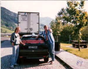 """Peter Matausch (links) im Jahre 1989 anhand einer Auswärtsfahrt des SK VÖEST Linz nach Spittal an der Drau. Rechts im Bild: Oberfan Christian """"Mücke"""" Reisenbichler. Foto: oepb"""