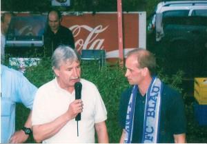 Auch, wenn es darum ging, verdienstvolle Spieler mit Pauken und Trompeten zu verabschieden, ließ sich Präsident Schellmann nicht zweimal bitten. Hier mit dem Blau-Weiß Goalgetter a.D. Andi Huemer. Foto: oepb