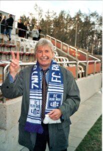 """Hermann Schellmann war ein Präsident zum Anfassen. Unglaublich, wie rasch die letzten 20 Jahre verstrichen sind. """"Habe die Ehre"""" und """"Glück auf!"""" Ein großes Stück Linzer Fußballgeschichte wurde von diesem Funktionär gravierend mitgeprägt. Foto: oepb"""