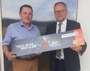 Von links: Roland Daxl (Geschäftsführer der SV Ried Fußball GmbH und Finanzvorstand) und Dr. Josef Stockinger (Generaldirektor der Oberösterreichischen Versicherung AG). Foto: SV Ried