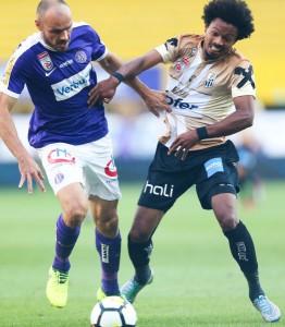 Heiko Westermann (links) verlieh der violetten Abwehr gestern vermehrten Halt. Hier gegen Bruno Felipe Souza da Silva. Aus FK AUSTRIA WIEN gg. LASK / 2 : 0. Foto: GEPA