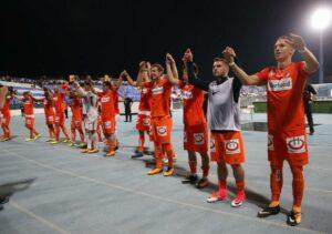 Die Austrianer bejubeln vor ihren zahlreich mitgereisten Anhängern das 2 : 1 in Osijek. Foto: FK Austria Wien