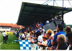 Wenn Blau-Weiß antanzte, platzten sämtliche Plätze aus den Nähten. Hier in St. Florian bei Linz im Juni 2000. Foto: Johann Schornsteiner