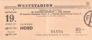"""Im Herbst 1977 spielte die Austria heimspieltechnisch überhaupt vermehrt am """"neuen"""" RAPID-Platz, so auch im Europapokal der Pokalsieger gegen Lokomotive Kosice. Sammlung: oepb"""