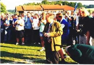 """Der heutige ÖFB-Präsident Leo Windtner war damals, im Juni 2000, auch Präsident von Union St. Florian. In dieser seiner Eigenschaft und auch als Funktionär beim OÖ-Fußballverband gratulierte der bekennende LASK-Anhänger Blau-Weiß zum """"Meister 2000"""". Foto: Johann Schornsteiner"""