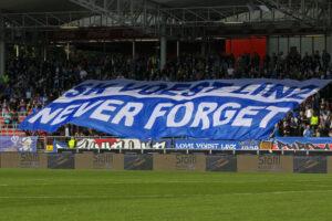 Von Fans geboren, im Herzen verankert: Der Ausspruch SK VÖEST LINZ / NEVER FORGET stammt bereits aus der unrühmlichen FC Linz-Ära und ist heute aktueller denn je. Foto: Johann Schornsteiner