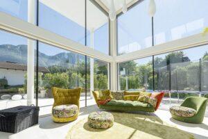 Die neuartige Beschichtung der Glasscheibe lässt mehr Licht und Energie in die Innenräume. Das macht die Wohnräume einerseits freundlicher, andererseits bietet sie eine ausgezeichnete Wärmedämmung. Foto: Internorm