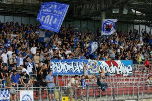 Knapp 1.800 Zuschauer verbuchte der FC Blau Weiß Linz im Juli 2017 zum Saisonauftakt gegen den FC Wacker Innsbruck. Dies ist mehr als nur ausbaufähig. Foto: Johann Schornsteiner