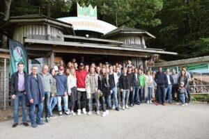 Der gesamte Tross der SV Ried enterte gestern gemeinsam den Baumkronenweg in Kopfing. Foto: SV Ried