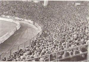 So, wie es hier einmal war, wird es wohl nie wieder sein - Zuschauermassen bei einem Heimspiel des SK VÖEST Linz. Das Linzer Stadion auf der Gugl in den 1970er Jahren. Foto: oepb