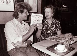 """Georg Danzer überreicht Frau Josefine Hawelka 1975 in deren durch den Song berühmt gewordenes """"Cafe Hawelka"""" die Single """"Jö schau"""". Foto: Wolfgang Sos"""