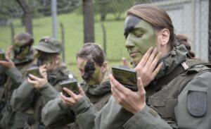 """Auch das etwas andere """"Make-up"""" beim Militär will gelernt sein. Foto: Bundesheer/Pusch"""