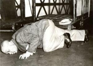 """""""A Kiss for the free Soil of America - Ein Kuss für die freie Erde von Amerika"""" - so titelten die New Yorker Gazetten über die Ankunft von Hermann Leopoldi in den USA. Mit diesem Bild jedoch kurbelte er - unbewusst oder aber doch gewollt - seine Karriere in den Staaten an. Foto: PREISER RECORDS"""