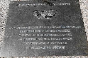Eine Gedenktafel und ein Gedenkstein (siehe bitte Bild 4) am Olympia-Gelände erinnert an die damaligen Ereignisse. Foto: oepb