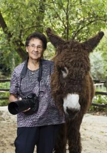 Die Fotografin Jutta Kirchner mit Poitou-Esel selbst vor der Linse. Foto: Daniel Zupanc
