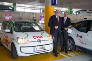 Andreas Matthä, CEO der ÖBB (links), sowie der St. Pöltener Bürgermeister Matthias Stadler anlässlich der Eröffnung der E-Tankstelle in der P&R-Anlage am St. Pöltener Hauptbahnhof. Foto: ÖBB / Zenger