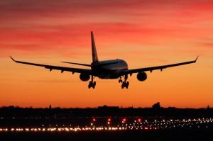 Der letzte airberlin-Airbus A 320 setzte pünktlich am 27. Oktober 2017 in der goldenen Abendsonne über Berlin-Tegel zur Landung an. Dann war es vorbei. Eine fast 40-jährige Luftfahrtgeschichte ist verflogen. Foto: Andreas Jackert / airberlin