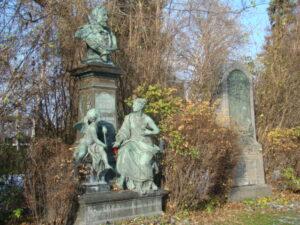"""Ein perfekter Ort zum Entschleunigen und Innehalten ist in diesen Tagen ein Spaziergang in der herrlich bunten Natur, oder aber ein Friedhofsbesuch – warum nicht auf dem Wiener Zentralfriedhof? Dort ruht einträchtig das """"who is who"""" einer längst vergangenen Zeit. Man sollte sich derer erinnern, die das heutige Österreich zu dem gemacht haben, was es für uns alle ist. Foto: oepb"""