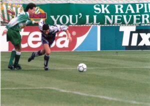 Peter Schöttel (links) gegen Thomas Flögel. Aus SK RAPID Wien gegen FK Austria Wien (3 : 1) vom 23. Oktober 1994. Foto: oepb