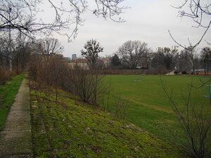 ... heimlich, still und leise verloren gegangenes Terrain wieder zurück. Der WAC-Platz in Wien, es gibt ihn noch und mit ein bisserl Phantasie lässt sich hier die gelebte und ursprünglich passierte Fußballgeschichte Österreichs erahnen. Beide Fotos: oepb