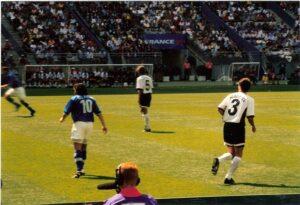 Peter Schöttel (rechts) diesmal mit der Nummer 3. Die Nummer 5 trug in diesem Spiel (Bildmitte) Wolfgang Feiersinger. Rechts der Italiener Alessandro Del Piero. Aus Italien gegen Österreich (2 : 1) vom 23. Juni 1998, dem letzten WM-Endrundenspiel einer österreichischen Fußballnationalmannschaft bis dato. Foto: oepb
